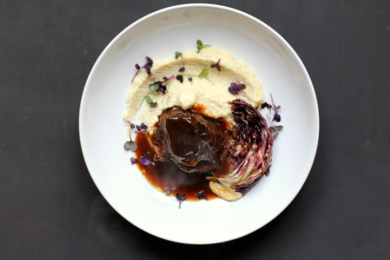 Ochsenbacke in Mole-Sauce auf weißer Polenta mit karamellisiertem Radicchio | Arthurs Tochter Kocht by Astrid Paul
