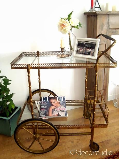 Decoración vintage online. Mesas auxiliares tipo minibar. Camareras doradas con ruedas
