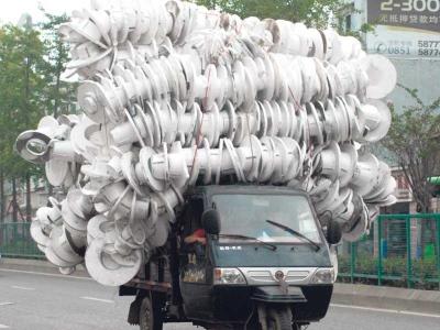 Sebuah lori pikap sarat membawa gegelung plastik di Guiyang.