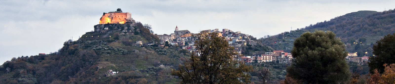 Finestra a tre ante su Eventi in  Castiglione in Sicilia