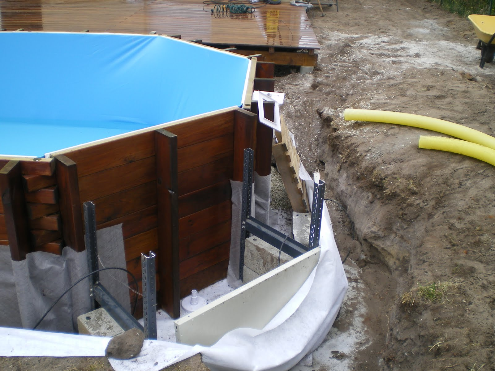 Piscine en kit bois phase 5 mise en eau et pose du drainant for Piscine coque pose comprise