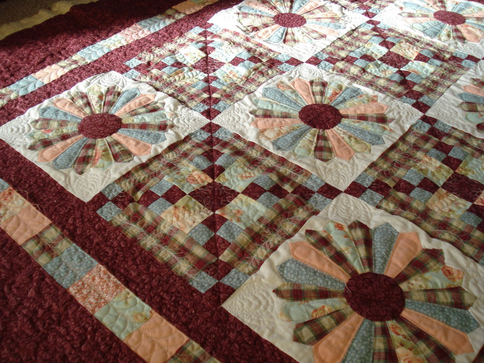 The Nifty Stitcher Dresden Plate Lap Quilt