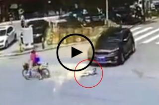 imagens mostra criança caída no chão antes de ser atropelada por carro