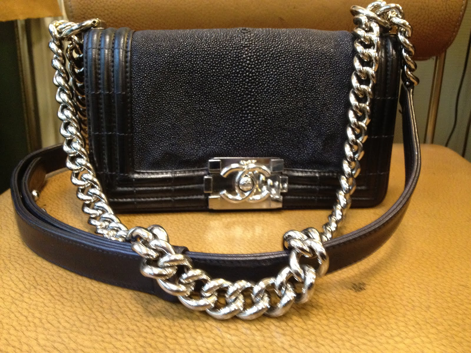 Salon cireur talon rouge paris teinture d 39 un sac chanel for Entretien d un salon en cuir
