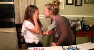 Deux filles apprennent quelles vont devenir grande soeur