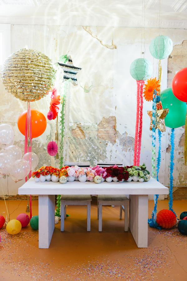 mesa muy divertida con globos y flores y bolas con muchos colores
