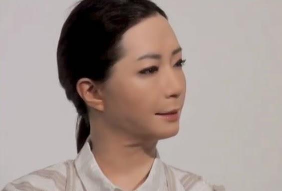 Deux androïdes au musée Miraikan au Japon