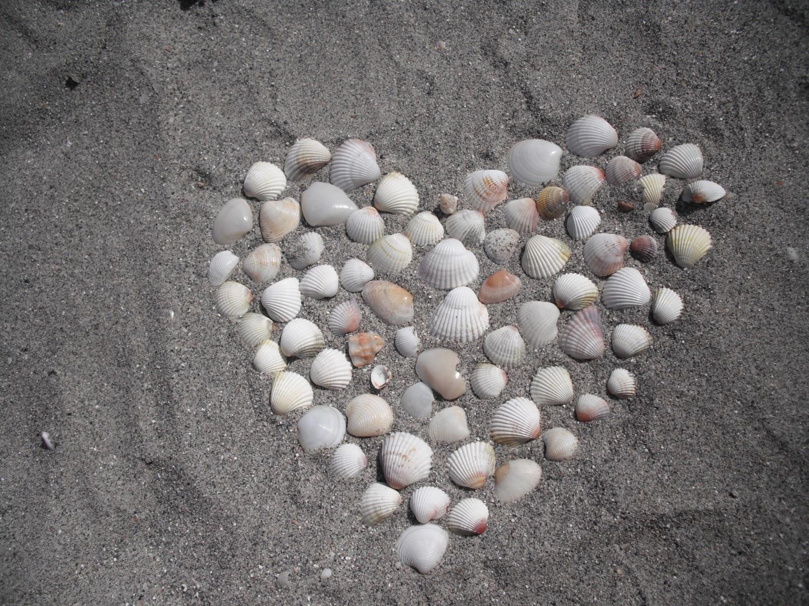 inimioara pe nisip