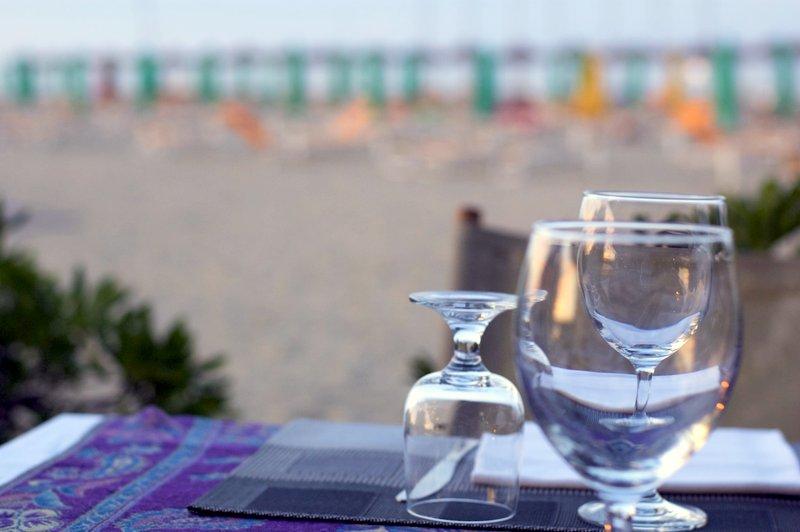 Piedi nella sabbia e vista mare 5 cene una sulle spiagge di romagna - Bagno le piramidi lido di spina ...