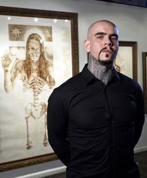 VINCENT CASTIGLIA bergambar bersama beberapa lukisan yang dihasilkan dengan darahnya di Galeri Sacred, New York.