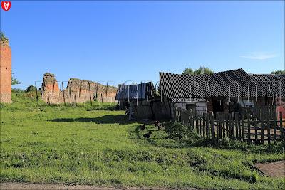 Просевшие крыши у сараев рядом с замком