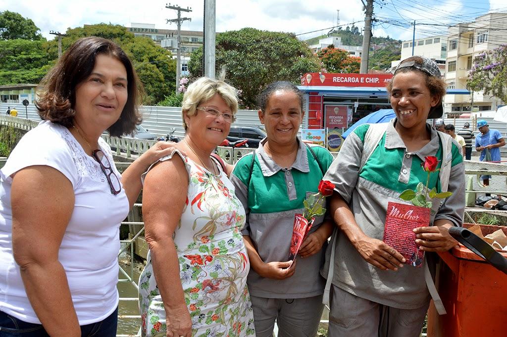 Luciana Ferreira de Almeida e Simone Silva Oliveira trabalham na limpeza pública do município e receberam flores pelo Dia da Mulher