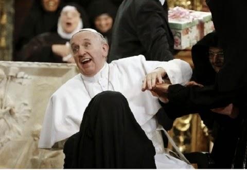 """foi """"atacado"""" por freiras de clausura, que vivem isoladas em ambiente religioso. Durante uma missa, empolgadas, as irmãs agarraram o papa, que, visivelmente sem jeito, recebeu presentes de suas mãos."""