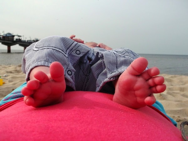 stópki maucha niemowlaka nad morzem na bosaka