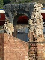L'arc de triomf d'època romana a l'extrem de llevant del Pont del Diable