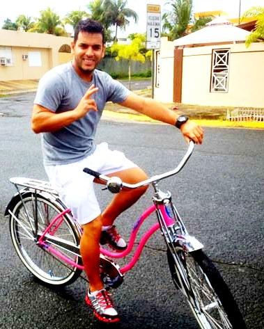 Tito El Bambino montando bicicleta