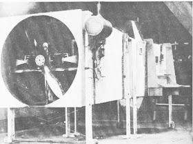 Un moteur Anzani et une caisse en contreplaqué,