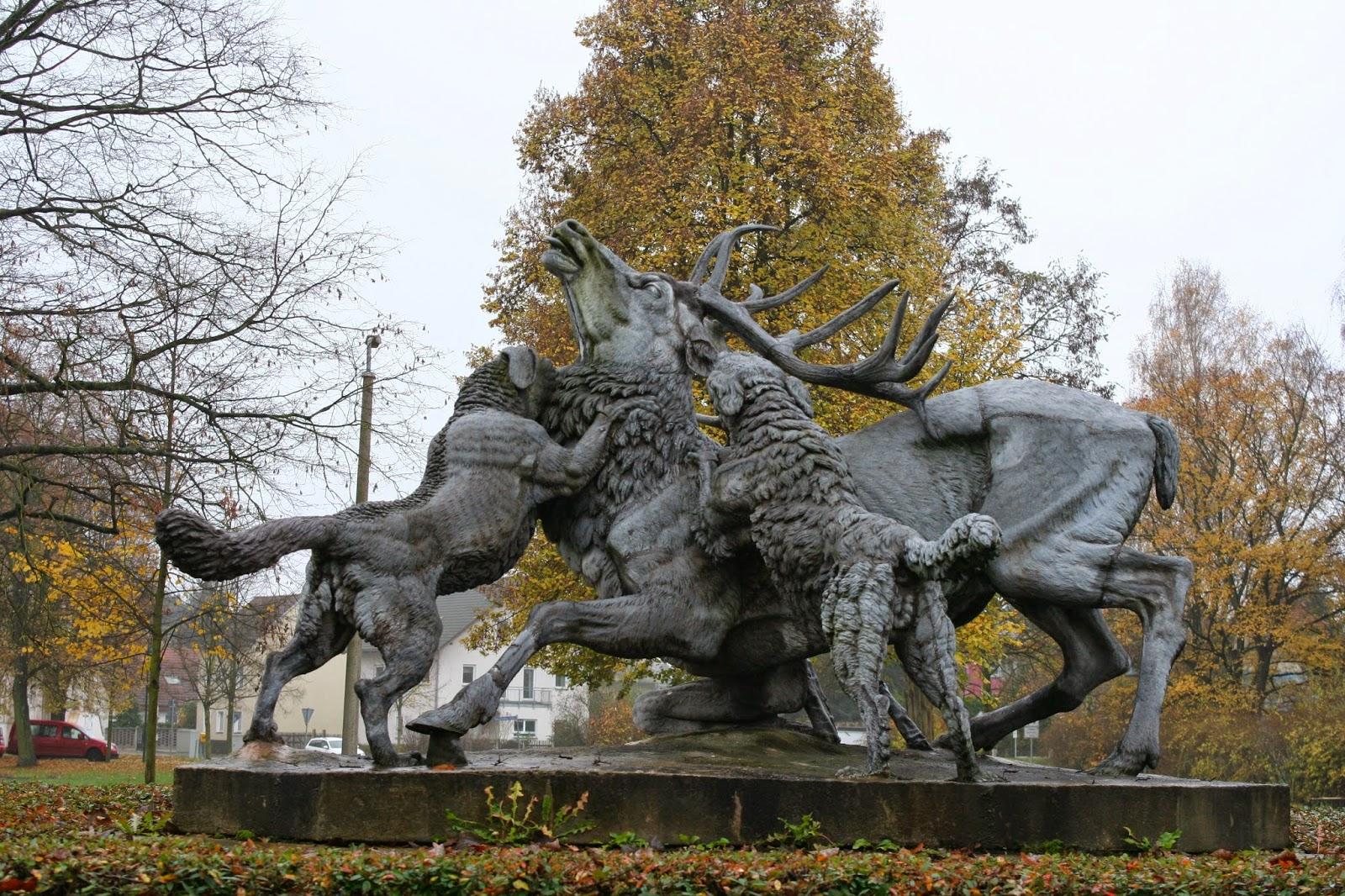 """Die Plastik """"Die Hirschgruppe"""" wurde 1870 im Eisenhüttenwerk Mägdesprung hergestellt und stand ursprünglich im Park des Rittergutes - seit 1984 steht sie vor dem damaligen Kulturhaus Mölkau"""
