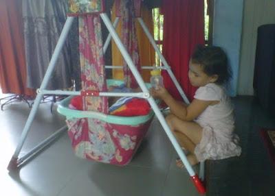 +Foto aktivitas anak lucu sedang menjaga dan bermain dengan bayi