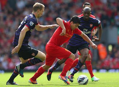 Abou Diaby - Per Mertesacker - Luis Suarez Liverpool v Arsenal 2012