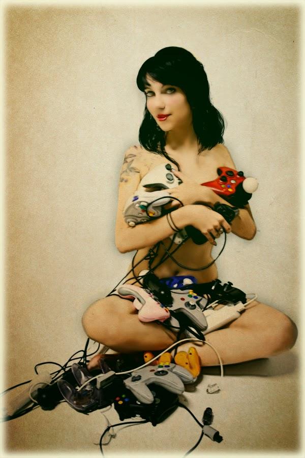 photo d'une Gameuse sexy cachant son corps avec des manettes ambiance vintage