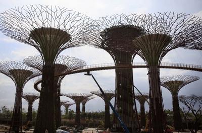Фото TANJUG/Укринформ:  металлические деревья
