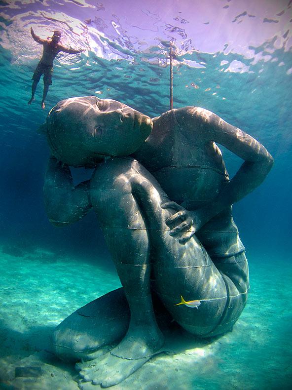 Una masiva muchacha sumergida soporta el peso del océano