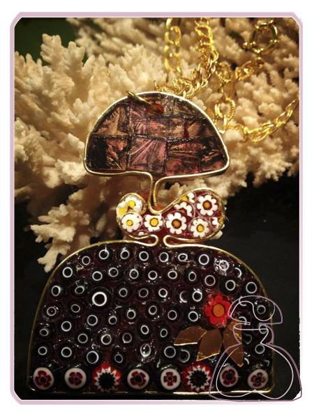 Colgante Menina de El Jardín del Edén por Sylvia López Morant  decorada en minifioris y cristal Van Gogh y montada en tono oro.