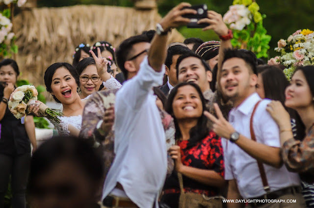 foto louisa pengantin perempuan turun menemui teman2nya setelah pemberkatan pernikahan