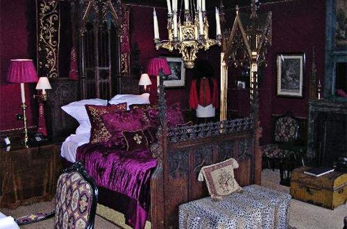 way of decorating a goth bedroom which i find quite intriguing