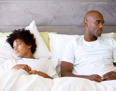 عدم انتظام العلاقة الحميمة يصيب الانسان بالاكتئاب - unhappy-couple-in-bed - bad sex life