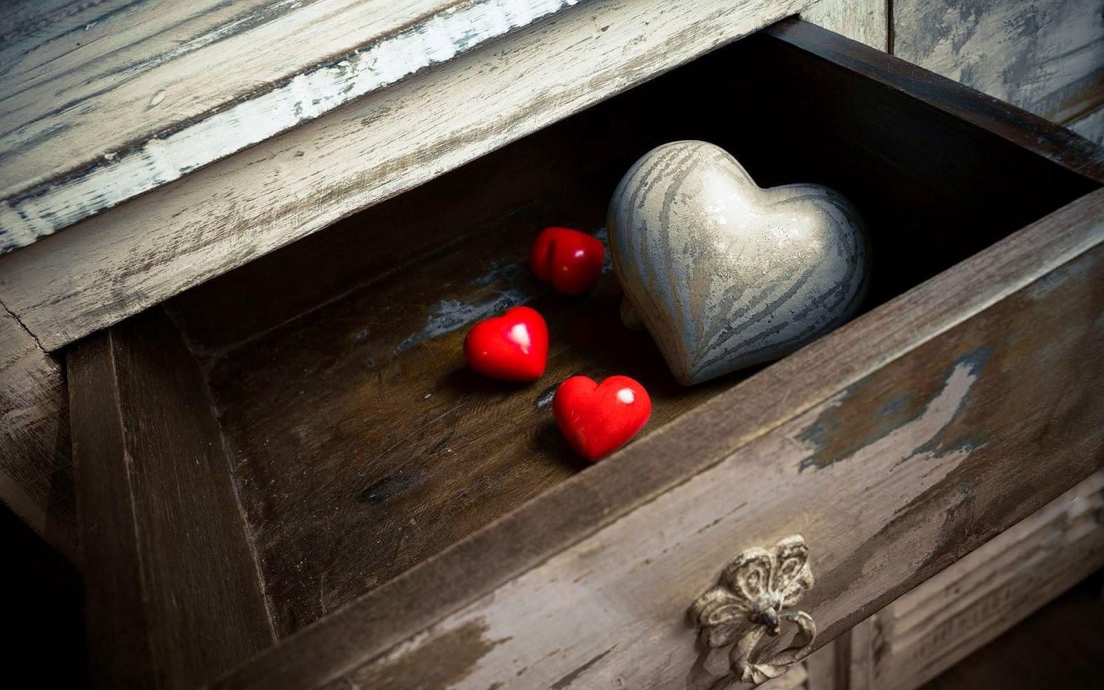 Wallpaper met rode houten liefdes hartjes