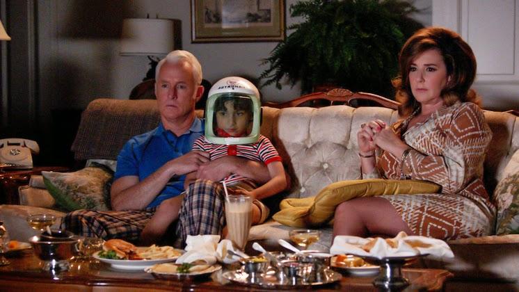 Roger, su nieto y su exmujer, observan la llegada de Armstrong a la Luna