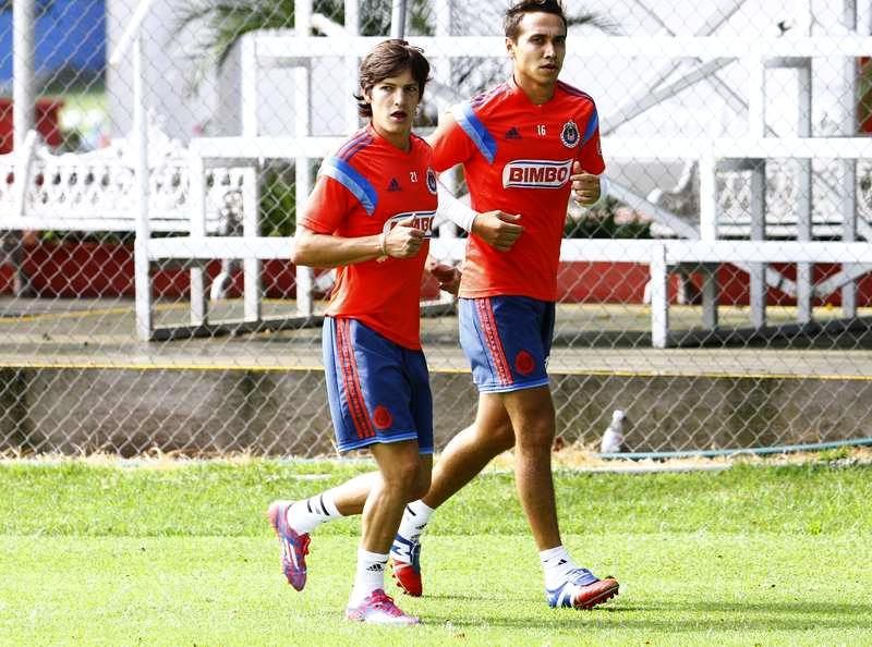 Carlos Fierro realiza trabajo físicio acompañado por Gerardo Rodríguez, durante la práctica de Chivas.