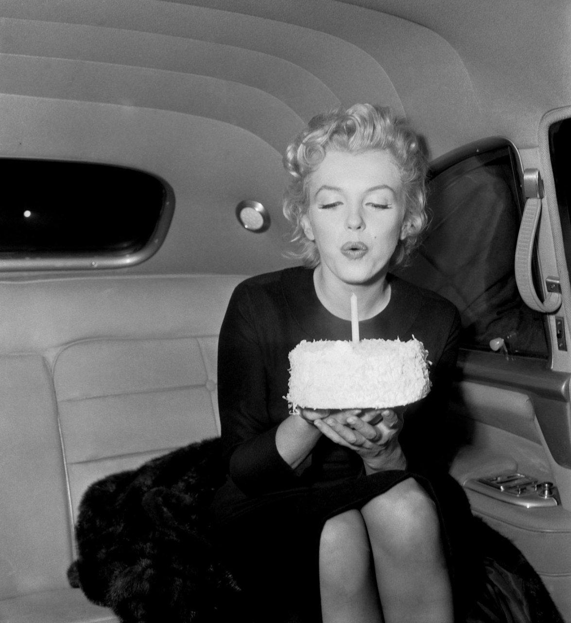 http://1.bp.blogspot.com/-NFqRGGOrBcc/TbxbSOmei5I/AAAAAAAAAc8/xehl6EXJbCA/s1600/Marilyn_Monroe_Birthday.jpg