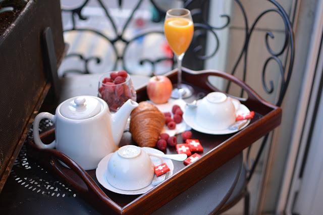 завтрак на маленьком кованном балкончике