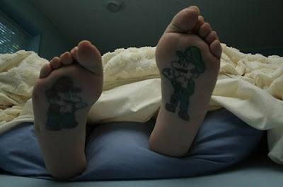Tatuagem bizarra na sola do pé Mario do vídeo game