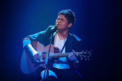 Aizat Amdan AF bermain gitar