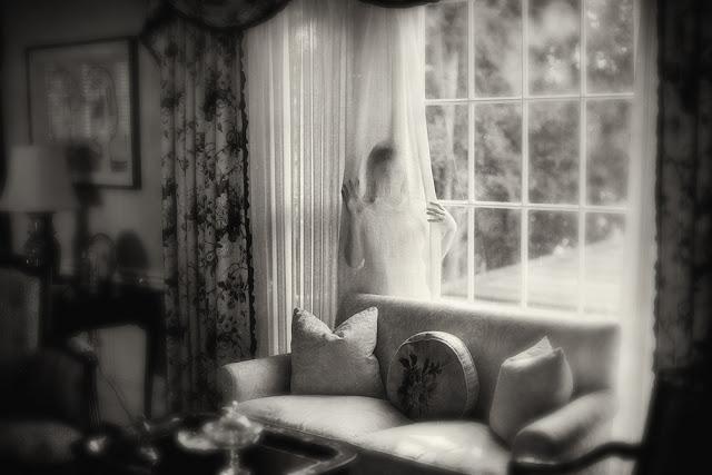 Замеченный и невидимый в черно-белых фотографиях Кэролайн Хэмптон