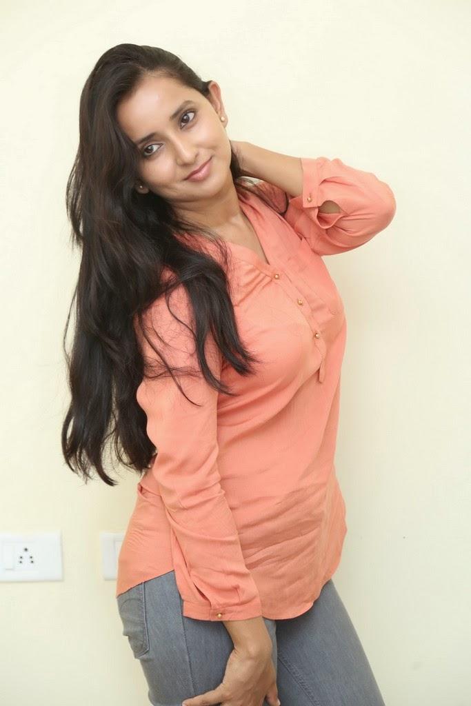 Ishika Singh Glamorous Photo shoot-HQ-Photo-3