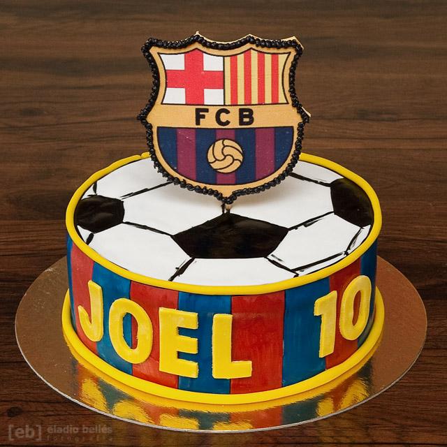 la celebración del décimo aniversario de Joel. Para él nos encargaron una tarta de tamaño mini, con bizcocho relleno de chocolate, y con una decoración