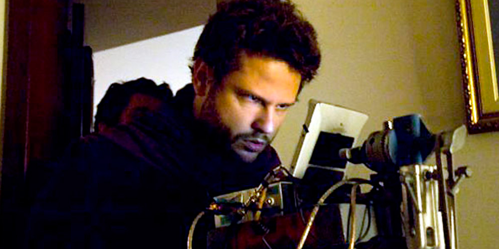 selton mello como diretor de cinema com equipamentos cinematográfica no set do filme a mulher invisivel