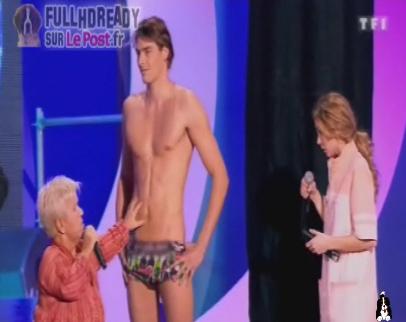 Vidéo Camille Lacourt en maillot de bain aux Enfoirés 2011