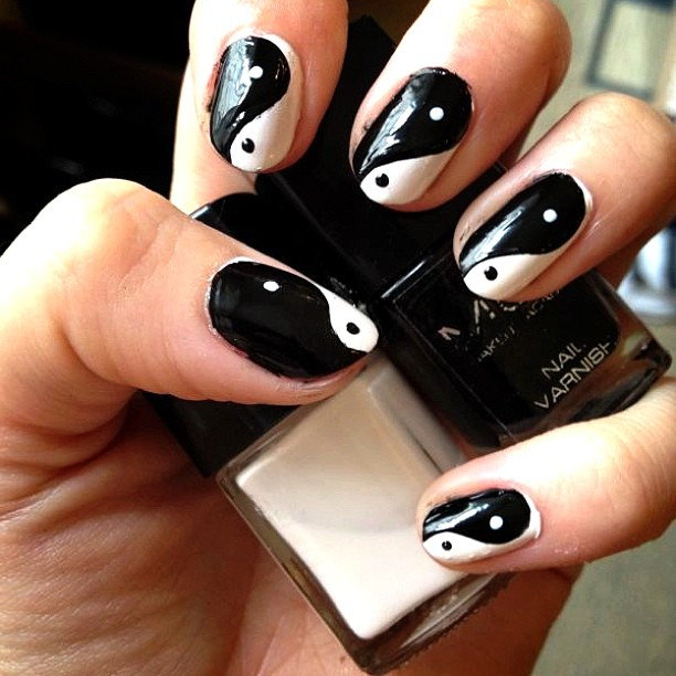 Black and White Contrast Wavy Nail Art