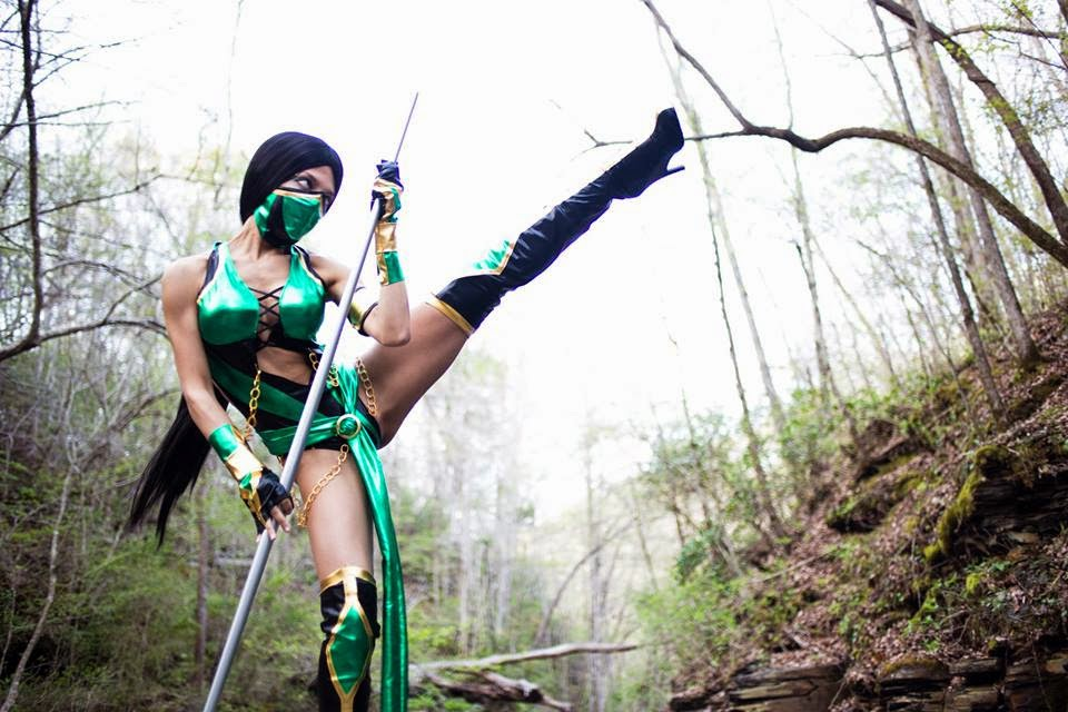 photo de cosplay de jade du jeu mortal kombat en action dans la nature