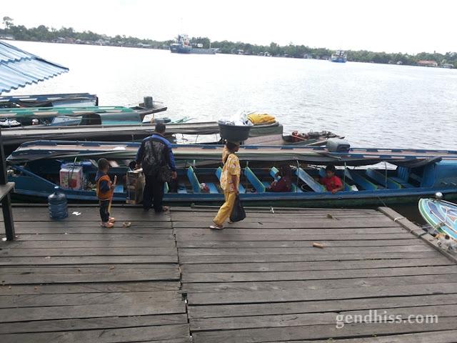 Perahu motor di sungai Mentaya