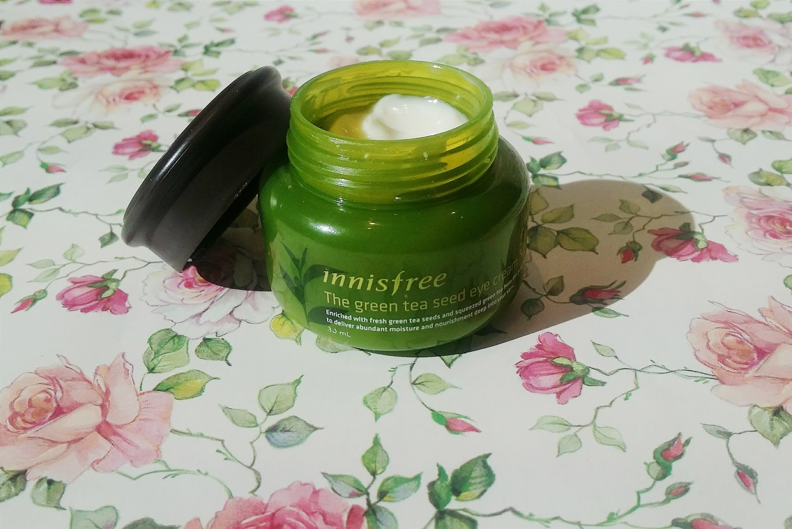 Review Innisfree The Green Tea Seed Eye Cream Chocowip There Are 30ml Of Products Which Is Pretty Good For An Since Area You Need To Moisturize Really Small And Its Always Better Not Put