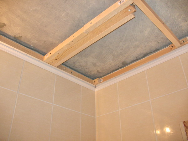 Чем можно сделать потолок в ванной комнате своими руками 1