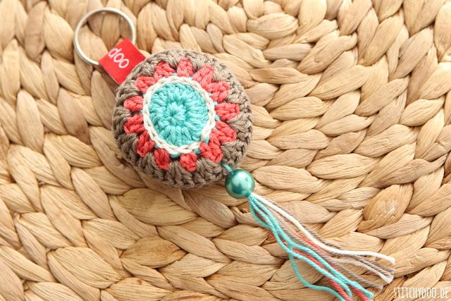 stitchydoo: Gehäkelter Schlüsselanhänger mit Perle und Quaste