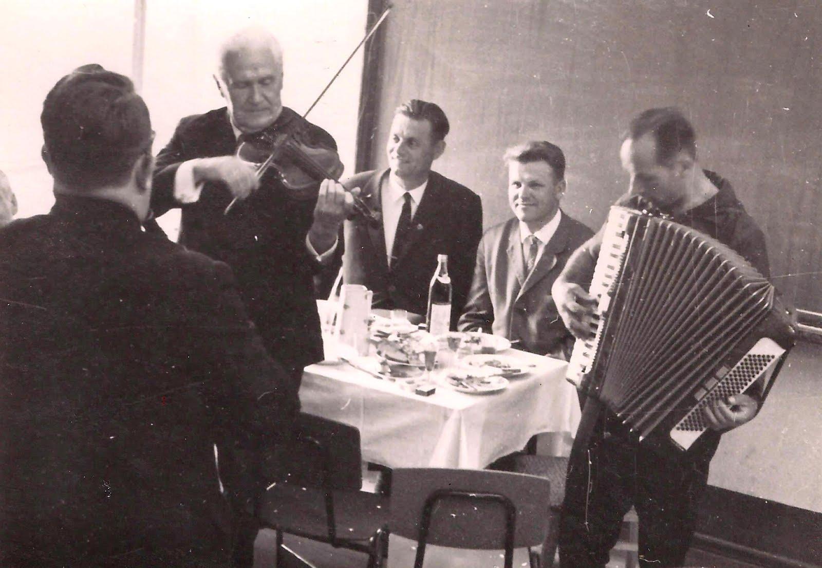 Valles estrādes orķestris muzicē kādā sarīkojumā . 1960-tie gadi